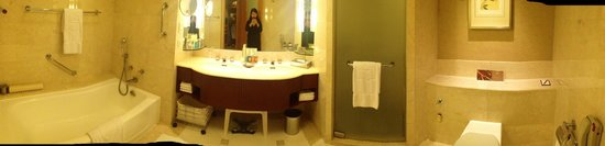 Makati Shangri-La Manila: Deluxe Suite Bathroom (Room 2506)