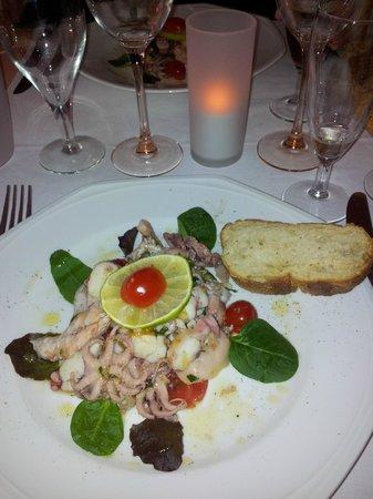 La Mia Cucina : Salade de calamars à la Sicilienne avec pain maison croustillant et chaud. Mmmmmh !