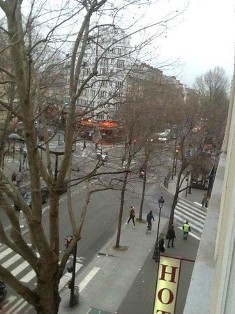 Avalon Hotel Paris Gare du Nord: BLVD de Magenta, Feb.10, 2014, from bathroom