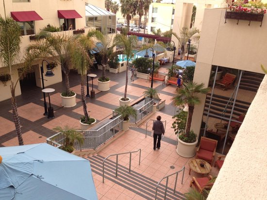 JW Marriott Santa Monica Le Merigot : Terrace to pool