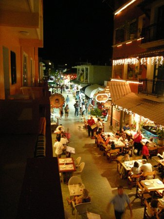 Hotel Bucaneros Hotel & Suites: nighttime view from balcony