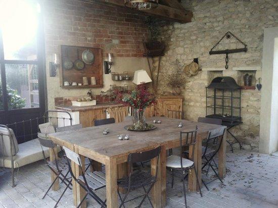 Le Lavoir Du Lauzon : espace dejeuner couvert
