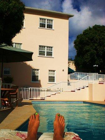 Poinsettia Villa Apartments: The villa going down to the pool