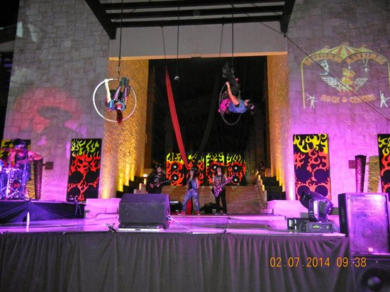 Dreams Riviera Cancun Resort & Spa: rock and circus