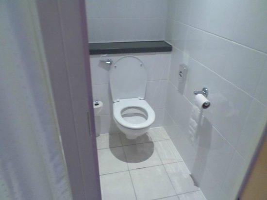Holiday Inn Express - Edinburgh City Centre: toilet
