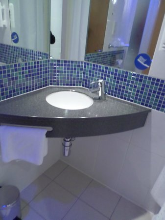 Holiday Inn Express - Edinburgh City Centre : bathroom sink