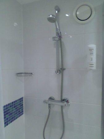 Holiday Inn Express - Edinburgh City Centre: shower