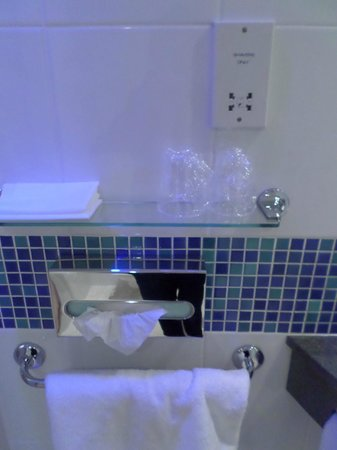 Holiday Inn Express - Edinburgh City Centre : bathroom