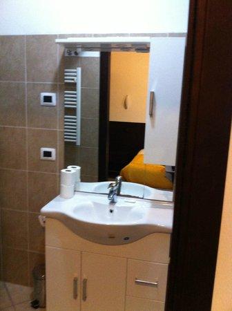 Hotel Gonzaga: specchio e mobiletto bagno