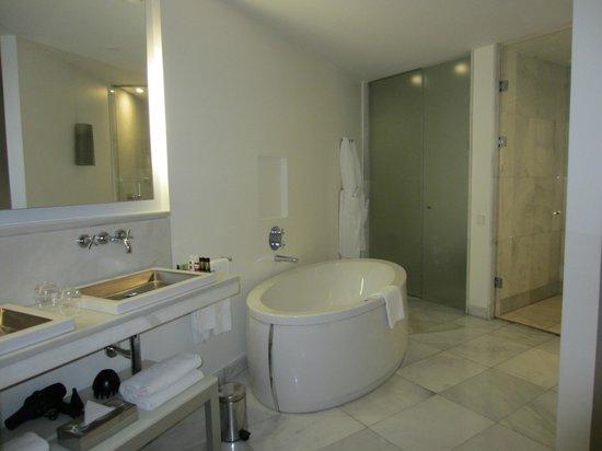 Hotel Hospes Puerta de Alcalá: En suite bathroom