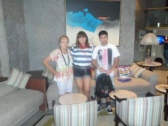 Merlin Copacabana Hotel: Eu, meu filho e minha mãe na ampla sala da recepção.
