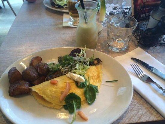 Palavrion zürich omelette mit lachs blattspinat frischkäse und frühstückskartoffeln