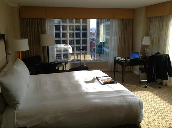 Fairmont Waterfront: Closer view of room desk (note corner room likely has more space)