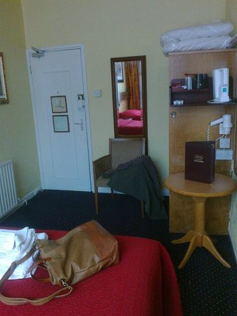 Ashley Hotel: bedroom