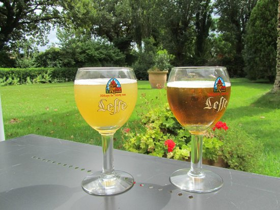 Les Agassins: Refreshing beer near the pool