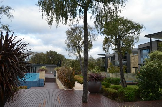 Aqua Resort Busselton: The grounds near the beach.