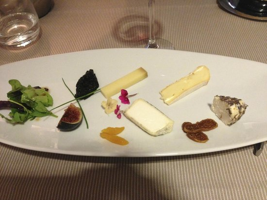 Les Agassins: My favorite desert, a cheese plate that was delicious.
