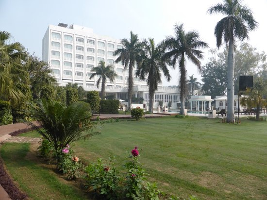 The Gateway Hotel, Agra: Spacious grounds at rear