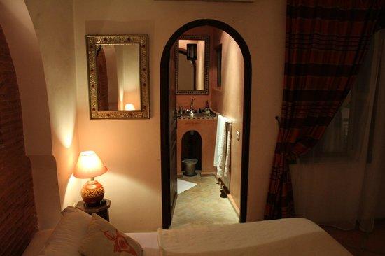 Riad Les Lauriers Blancs: Kamer en badkamer