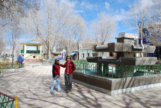 Hotel Jardines de Uyuni : Praça onde ficam vários restaurantes