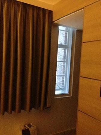 The Wesley Hotel & Conference Venue: Chambre 215 - pas de rideaux