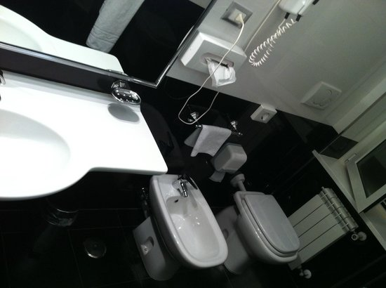 BEST WESTERN Hotel Mondial : very clean bathroom with enough space (there is a shower and tub on the other side)