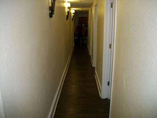 Wyndham Riverside Suites: Long hallway