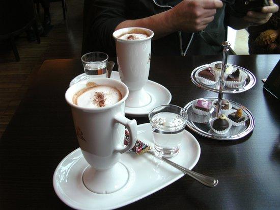 Rausch Schokoladenhaus: Blick auf heisse Schokolade & Pralinen
