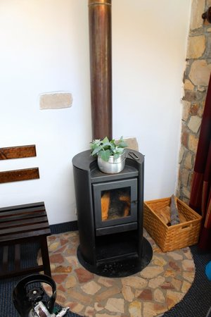 Hotel Isla Suasi: Wood burning stove