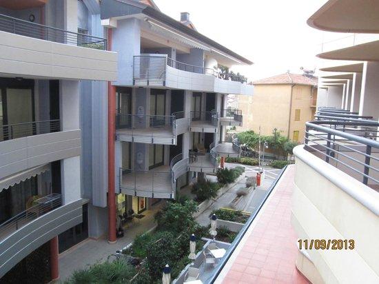 Laguna Palace Hotel: Вид на улочку