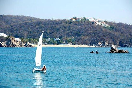 Las Brisas Huatulco: Good sailing on the bay.