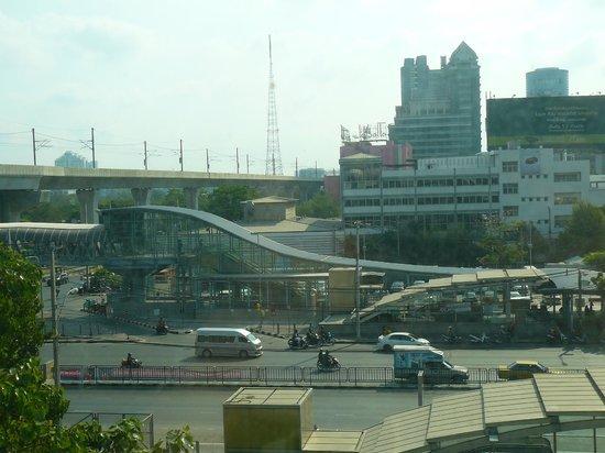 FX Hotel Metrolink Makkasan: uitzicht op airlink