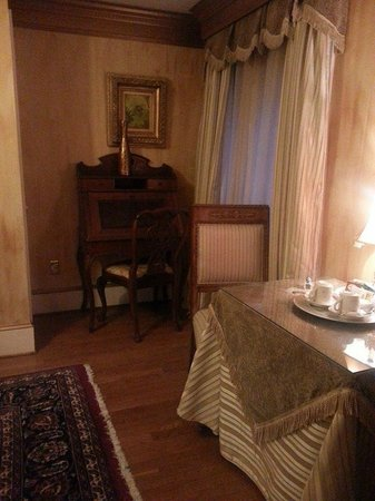 1840s Carrollton Inn: Old fashioned writing nook!