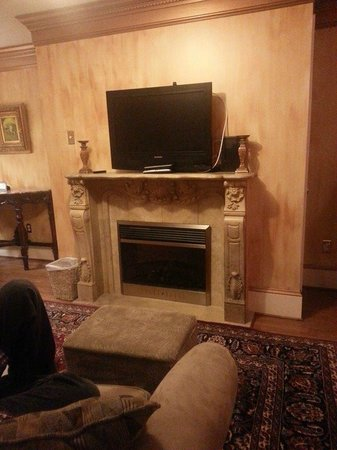 1840s Carrollton Inn: Faux fireplace and flatscreen in separate sitting area