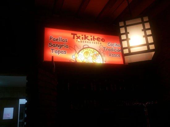 txikiteo : l'insegna che sovrasta il bancone col gambero sorridente dentro la paella!!!
