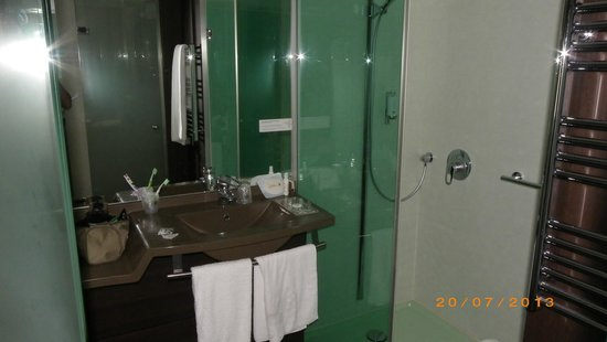 Hotel Oceania Paris Porte de Versailles : moderna stanza da bagno