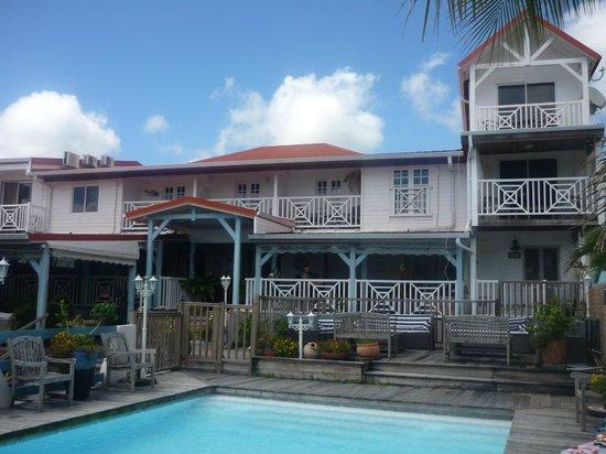 Ti Paradis : Vue de la maison depuis la piscine