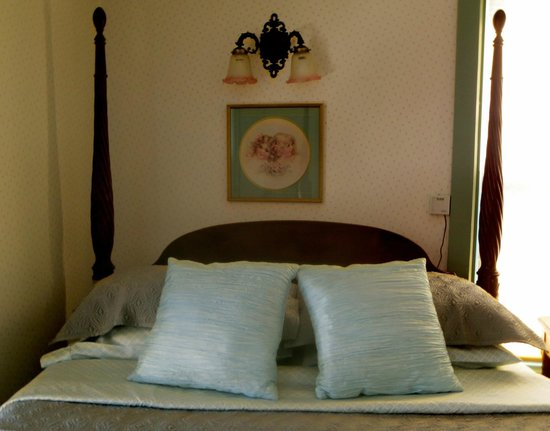 Carriage House Bed and Breakfast: Conrad Bohn Room