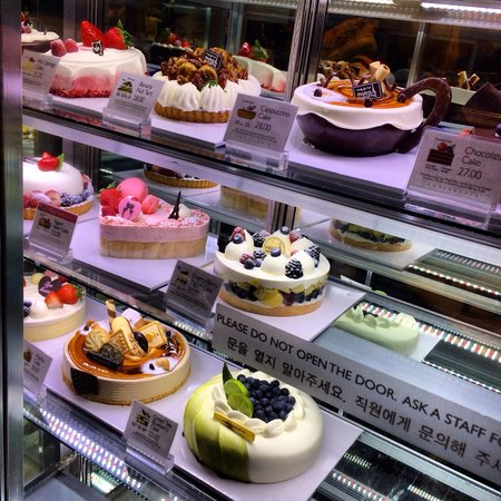 Paris Baguette Bakery Cafe: Cakes and more cakes!