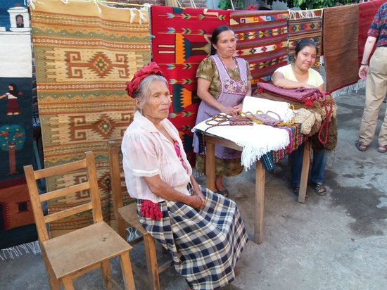 Fundacion En Via : Generations of Weaving Women