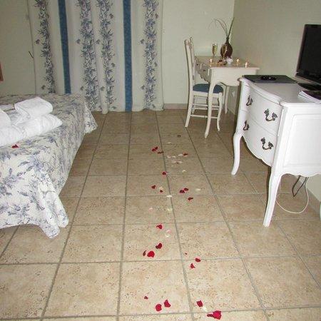 chambre avec les petales de roses et bougies photo de le clos de pradines saint quentin la. Black Bedroom Furniture Sets. Home Design Ideas