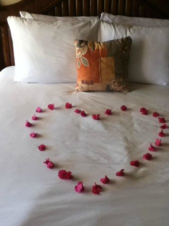 Island Seas Resort: Beautiful heart design on the bed
