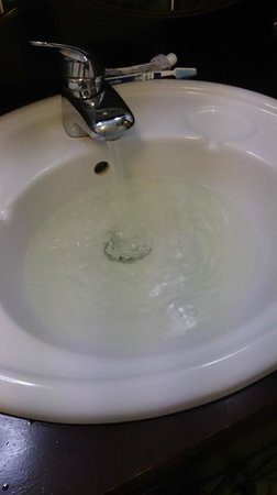 Springfield Country Hotel: Yellow water in basin. Would you want to brush your teeth in this?