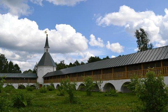 Iver Svyatoozersky Monastery: Стена монастыря