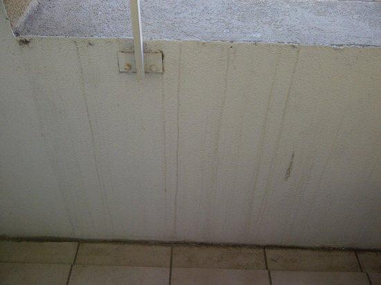 Mercure Thalassa Port Frejus : Le balcon mérite un nettoyage et un peu de peinture