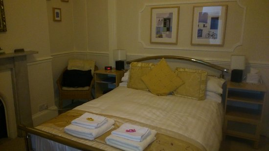 The Lawnswood Guest House: bed was very comfy guaranted a great night sleep