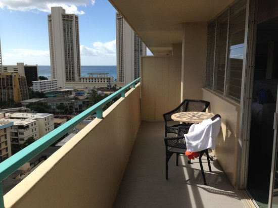 Aqua Aloha Surf Waikiki: Top floor has a wall handrail, lower floors have it with glass