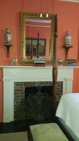Savannah Bed & Breakfast Inn : Library room. Facing street side 2nd floor