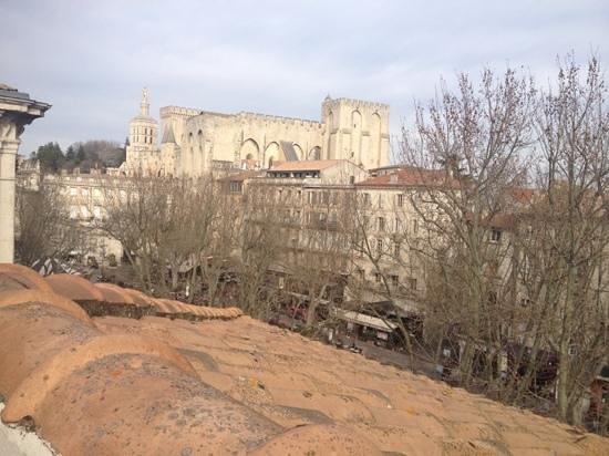 Hotel de l'Horloge : vue de la chambre, le palais des papes