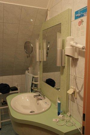 Thermenhof Loipersdorf : Das Badezimmer - links davon hinter der Tür ist die Dusche